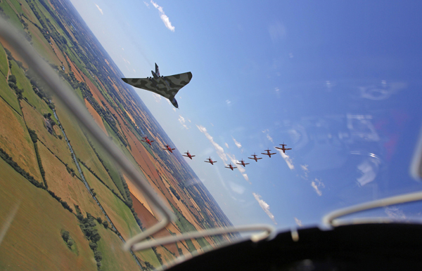 blog-red-arrows-and-vulcan-mod-crown-copyright-2015-sac-adam-fletcher-sca-official-20150719-784-643_big