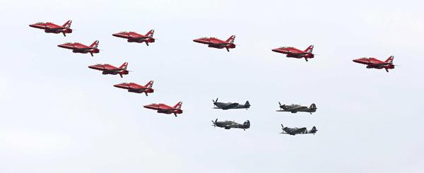 blog-red-arrows-spitfires-hurricanes-mod-crown-copyright-2015-sac-adam-fletcher-sca-official-06142015-707-047_big